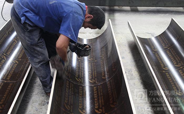 木质圆柱子模板内表面涂抹油剂