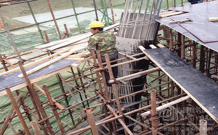 倾斜的圆柱木模板