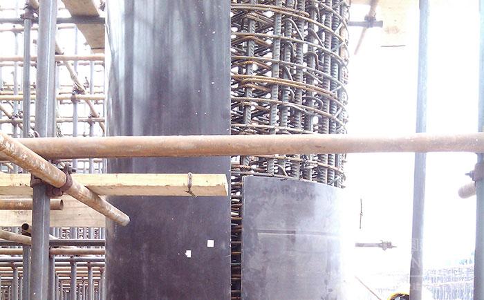木质建筑圆模板错位安装