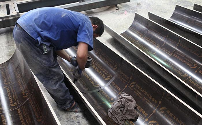 圆柱木模板内表面涂抹油剂