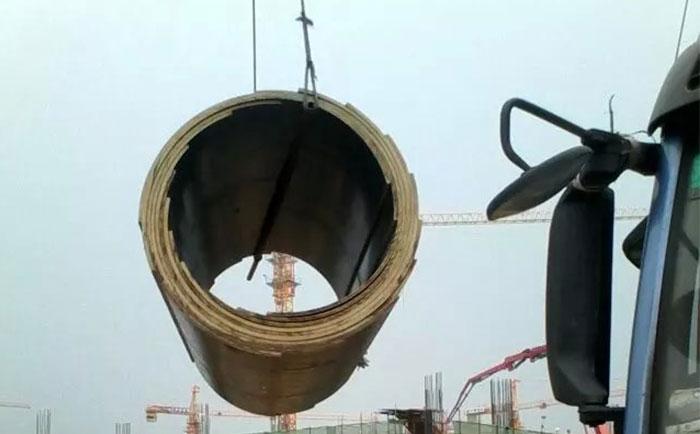 塔吊吊卸圆柱木模板